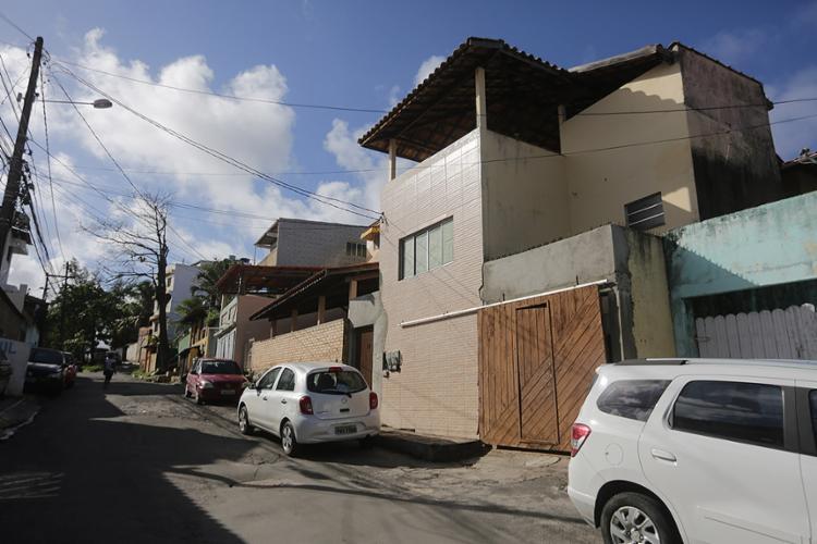 Odi de Jesus Mendes foi abordado na porta de casa por dois homens, na rua Senhor do Bonfim, em Itapuã - Foto: Joá Souza l Ag. A TARDE