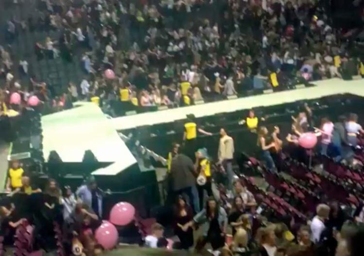 Logo após a explosão, pessoas que estavam no show saíram correndo - Foto: Reprodução