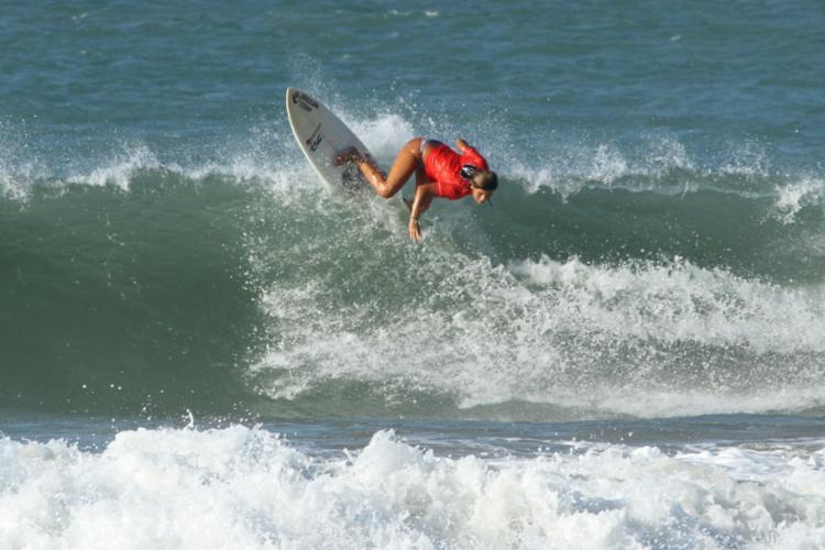 A surfista cearense Larissa dos Santos lidera o circuito feminino - Foto: Lima Junior / Pena)