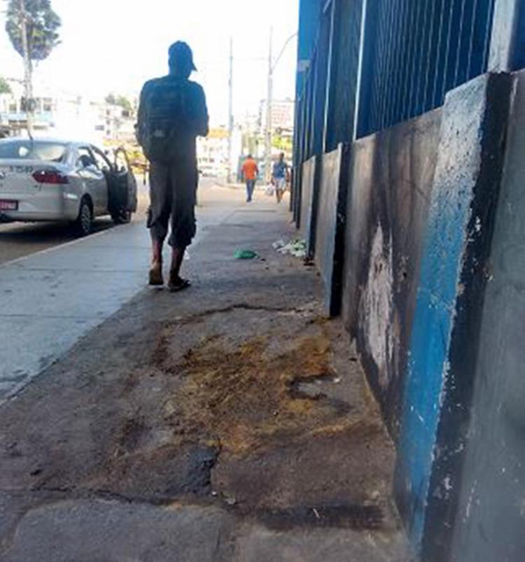 Casal dormia ao lado da unidade Cesta do Povo, na Sete Porta, quando foi atacado - Foto: Euzeni Daltro l Ag. A TARDE