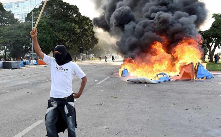 Durante o protesto, houve momentos de violência, provocação de manifestantes encapuzados e reação da polícia - Foto: Evaristo Sá   AFP