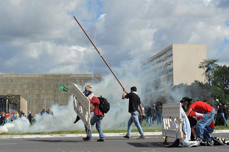 Mascarados depredaram prédios e entraram em confronto com a polícia - Foto: Andressa Anholete l AFP Photo