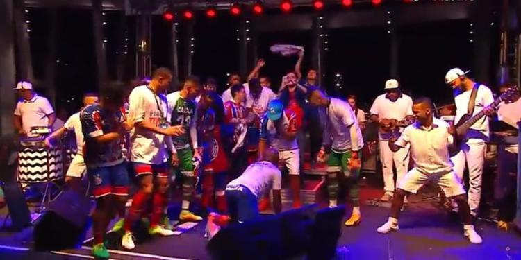 Elenco tricolor participou de comemoração no gramado do estádio - Foto: Reprodução l YouTube l Esporte Interativo