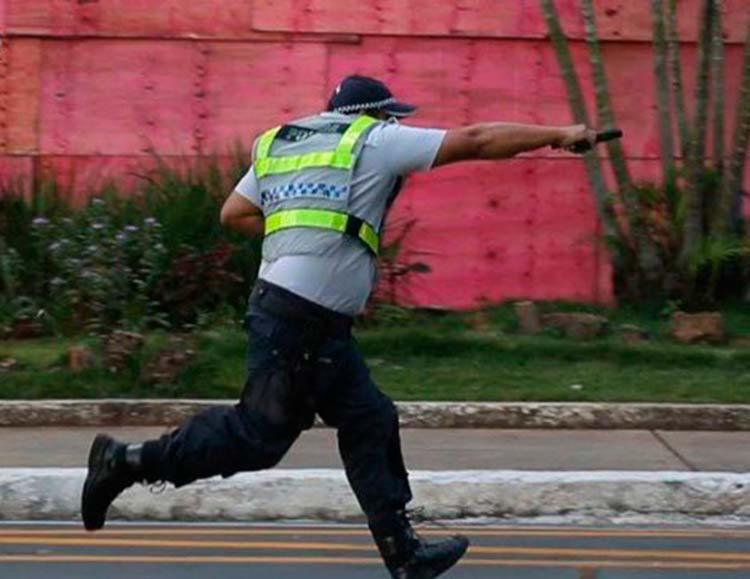 Alguns policiais, como o da imagem, atiraram contra os manifestantes - Foto: Reprodução | TV Globo