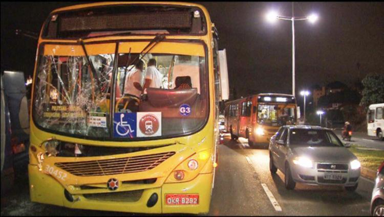 Assalto a ônibus aconteceu na noite desta quarta-feira, 24 - Foto: Reprodução | TV Globo