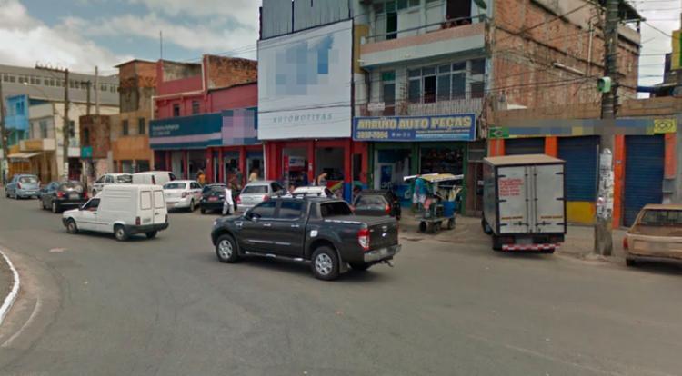 O assalto aconteceu na loja Araújo Auto Peças, na manhã desta sexta - Foto: Reprodução | Google Maps