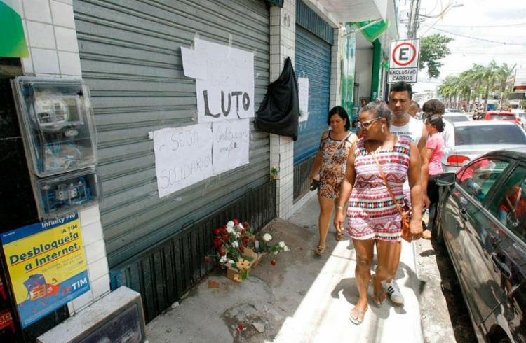 Funcionários e clientes morreram durante a explosão e incêndio em fármarcia - Foto: Luciano da Matta   Ag. A TARDE