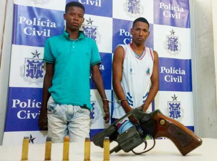 Um revólver de calibre 38 foi apreendido com Hugo e Felipe - Foto: Divulgação   Policial Civil