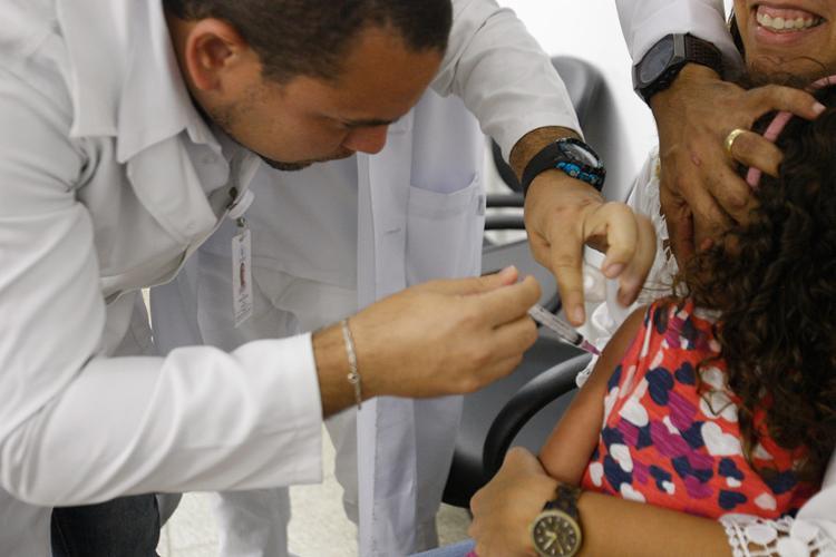 A garota Rebeca Barradas foi imunizada contra a doença recebendo a vacina no posto do bairro de Amaralina - Foto: Margarida Neide / Ag. A TARDE