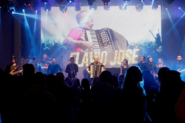 O cantor Flávio José comandou o arrasta-pé na abertura do evento - Foto: Mila Cordeiro l Ag. A TARDE