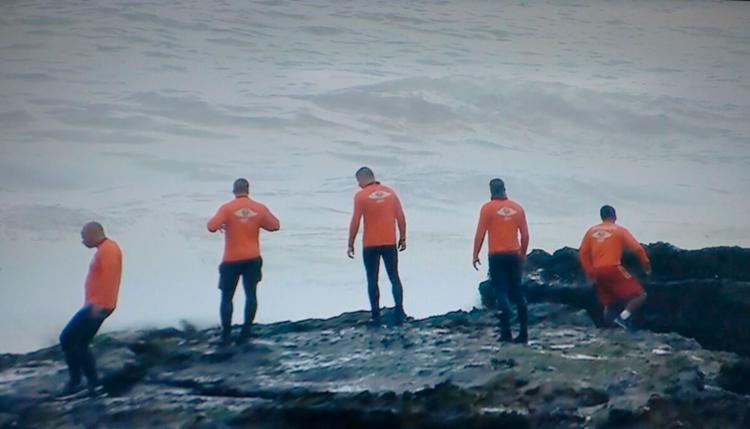 Equipes do Núcleo de Mergulho do Corpo de Bombeiros e do Graer estão no local - Foto: Reprodução   TV Bahia