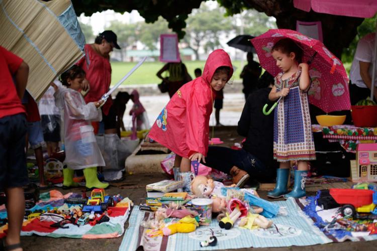 A chuva não afastou público que participou de evento sobre o consumo consciente - Foto: Raul Spinassé | Ag. A TARDE