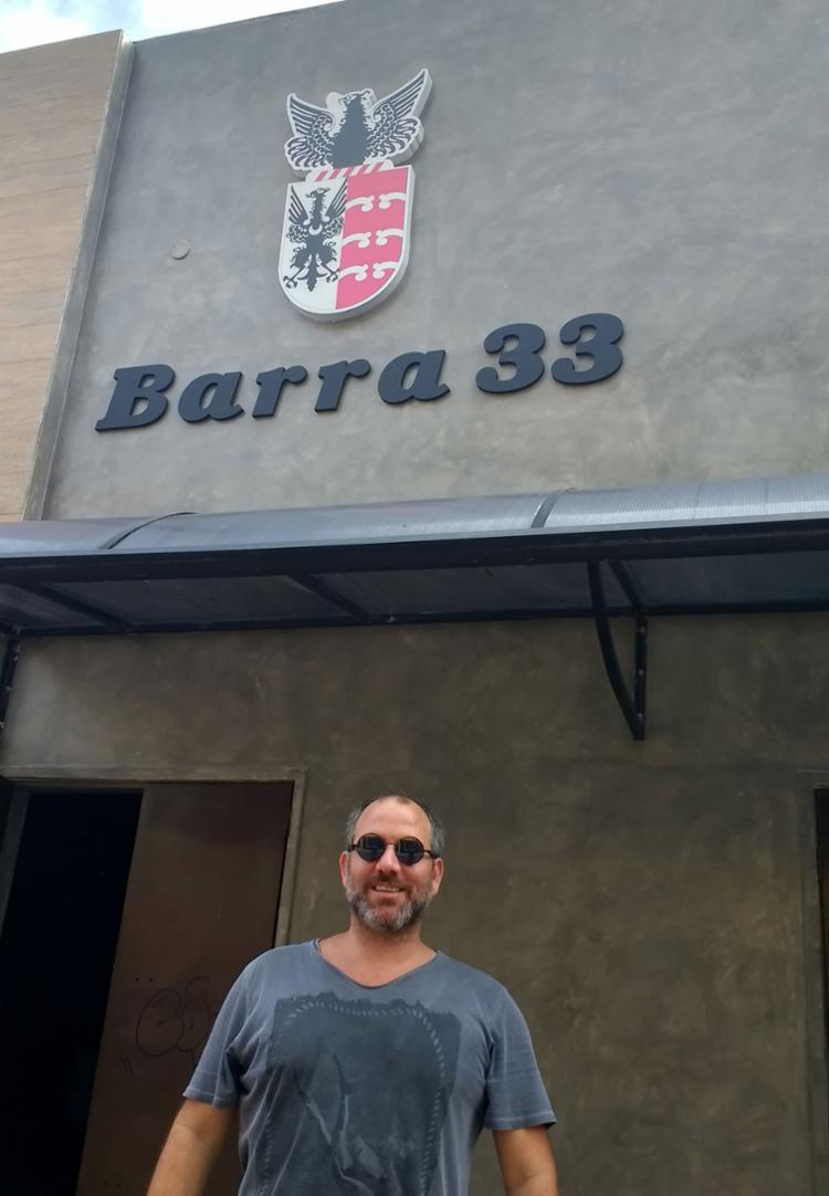 Arthur Costa, o proprietário da casa, celebra o novo espaço - Foto: Divulgação