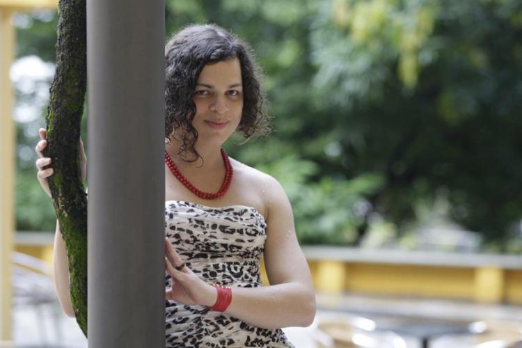 A travesti e doutoranda em crítica literária Amara Moira lançou no ano passado seu primeiro livro - Foto: Mila Cordeiro | Ag. A Tarde