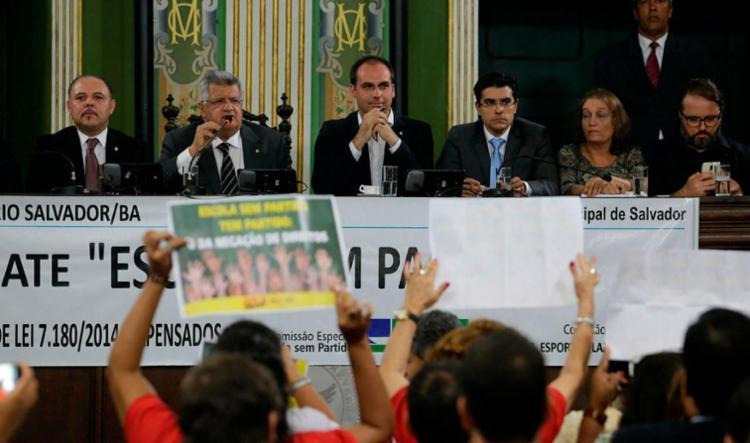 Manifestantes fizeram ato contra Eduardo Bolsonaro dentro e fora da Câmara - Foto: Raul Spinassé | Ag. A TARDE
