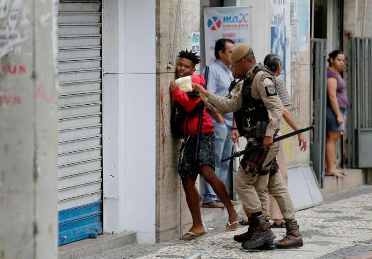 Manifestante foi preso por jogar ovos em políticos na Câmara - Foto: Raul Spinassé | Ag. A TARDE