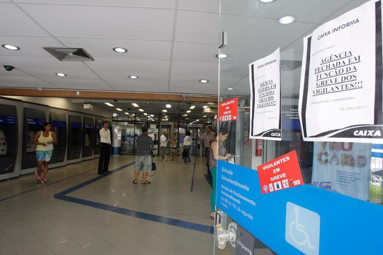 Avisos foram colocados na entrada das agências bancárias - Foto: Mila Cordeiro l Ag. A TARDE