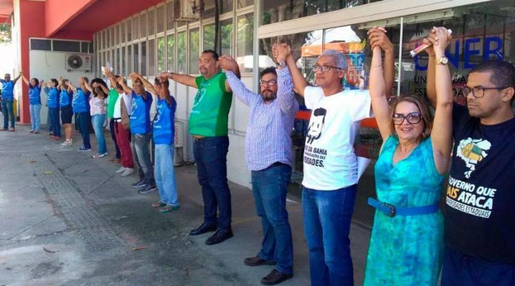 Docentes deram um abraço simbólico na Uneb em Salvador - Foto: Divulgação | Aduneb