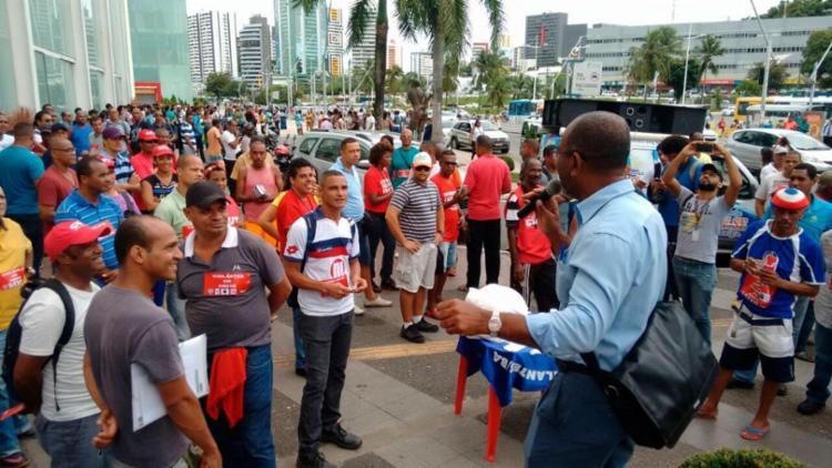 Vigilantes estão reunidos no passeio do shopping - Foto: Luciano da Matta | Ag. A TARDE