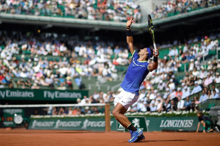 Rafael Nadal capricha no saque em confronto com Robin Haase - Foto: Eric Feferberg l AFP