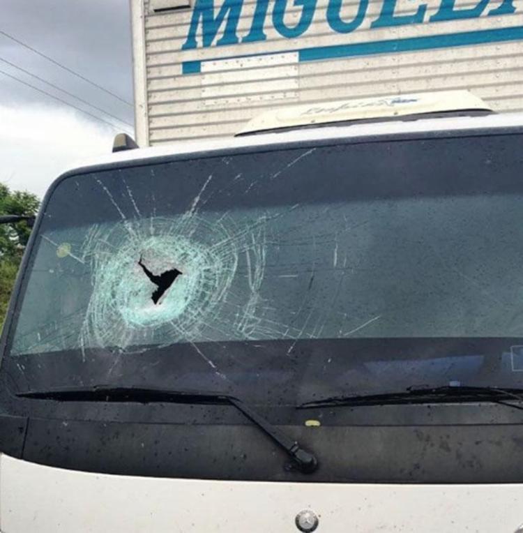 Vítima estava na carona do caminhão e foi atingida na cabeça - Foto: Reprodução | Itapetinga Agora
