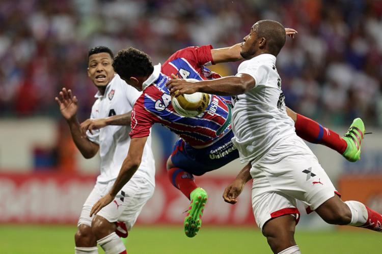 Após a entrada de Rafaelson (D), Vitória passou a atacar mais - Foto: Raul Spinassé l Ag. A TARDE