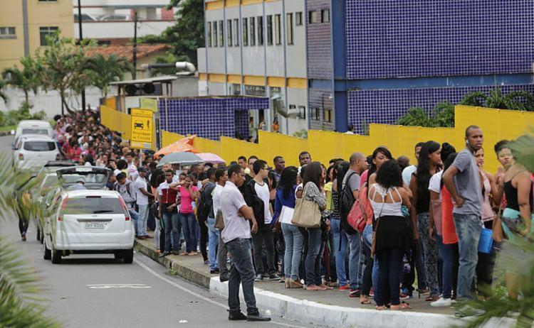 Profissionais em busca de emprego formaram uma enorme fila ao redor da instituição - Foto: Xando Pereira | Ag. A TARDE