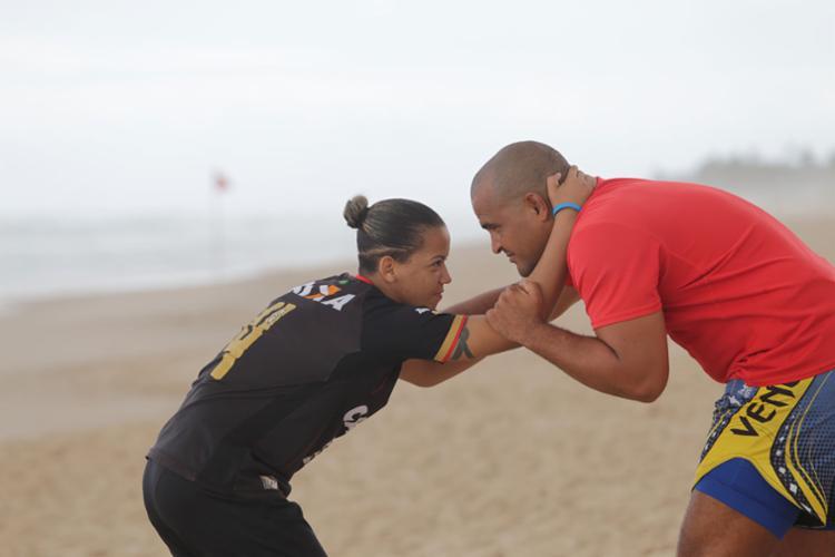 Baianos Amanda e Yehudi vão lutar na praia - Foto: Xando Pereira | Ag. A TARDE | 03.05.2017