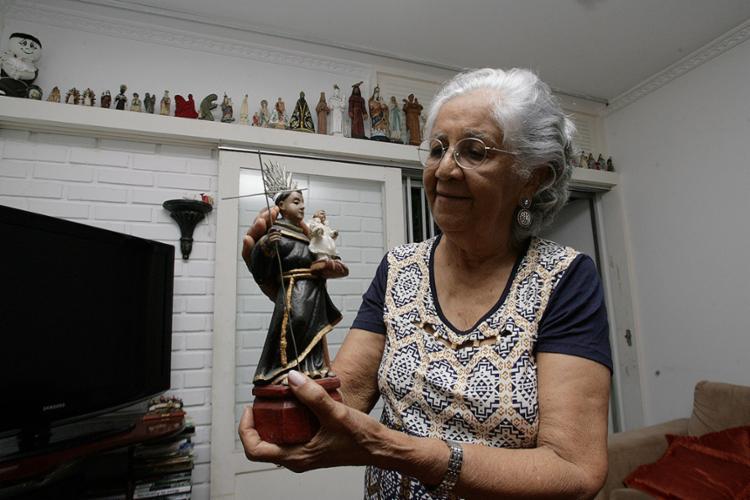 Mabel Velloso tem mais de 40 santos na sala de jantar - Foto: Mila Cordeiro l Ag. A TARDE