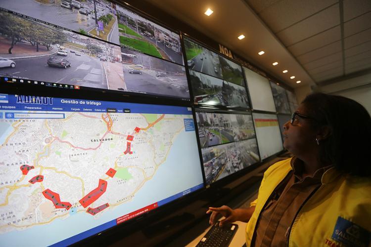 Central para monitoramento e controle do trânsito de Salvador, de onde serão feitos ajustes nos semáforos - Foto: Adilton Venegeroles l Ag. A TARDE