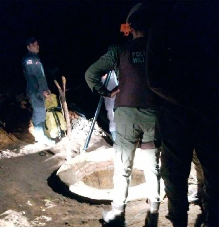 Eles já tinham cavado cerca de 17 metros quando encontraram água - Foto: Reprodução   Blog Itiruçu Online