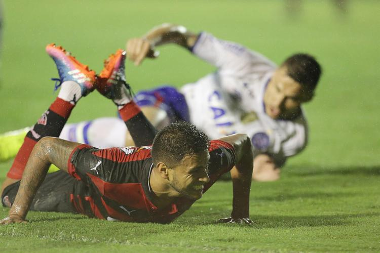 Tricolor de Tiago luta para tirar desvantagem contra o Rubro-Negro de Cleiton Xavier - Foto: Raul Spinassé l Ag. A TARDE