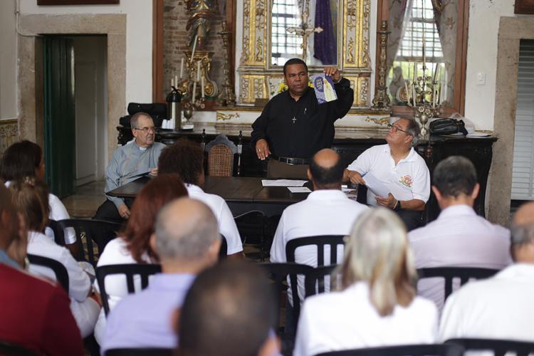 Padre Lázaro Muniz acompanha os grupos - Foto: Raul Spinassé l Ag. A TARDE
