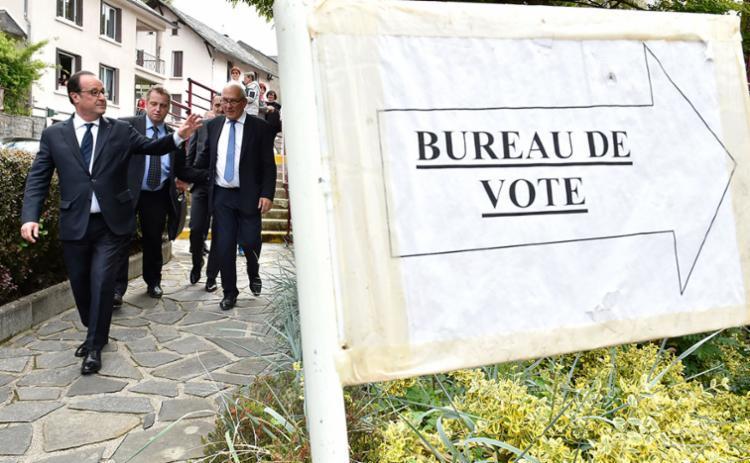 Presidente François Hollande foi cedo votar - Foto: Georges Gobet | AFP