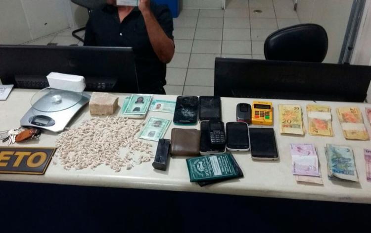 A mulher indicou à polícia onde a droga era empacotada. Mais cinco pessoas foram presas no local - Foto: Reprodução | Verdinho Itabuna