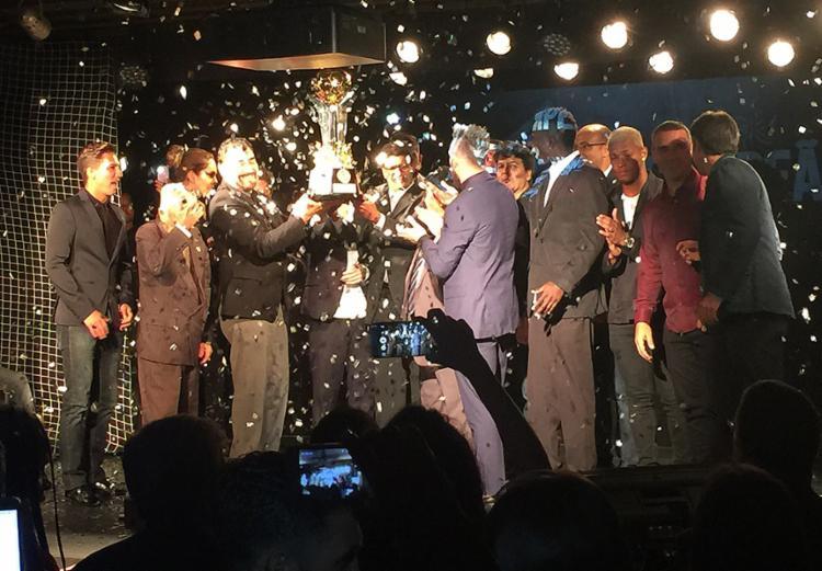 Com muita festa, elenco do Leão recebeu o troféu de Campeão Baiano de 2017 - Foto: Luiz Teles l Ag. A TARDE