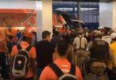 Torcida recebe delegação do Vitória no aeroporto com protesto | Foto: