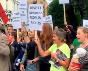 Cerca de 40 pessoas se posicionaram às portas do governo - Foto: Reprodução | Twitter