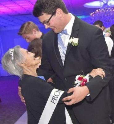 Julia Jarman e o neto Stephen Vigil dançando - Foto: Reprodução | Freelancer Star