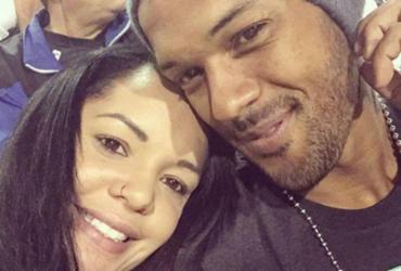 Mulher de jogador do Botafogo recebe foto de traição do marido, diz colunista