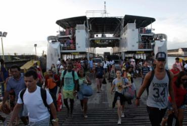 Pedestres e motoristas enfrentam espera de 1h30 para embarcar no ferry   Margarida Neide   Ag. A TARDE   01.05.2017