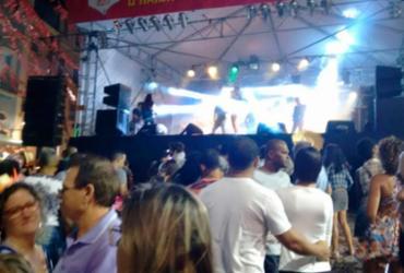 Banda Colher de Pau agita público no largo do Pelourinho  
