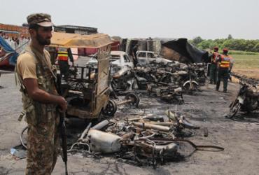 Explosão de caminhão-tanque em rodovia deixa mais de 150 mortos