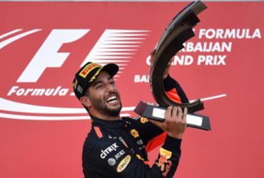 Ricciardo aproveita corrida confusa, supera favoritos e vence