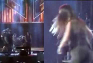 Simone dá soco em homem após ele invadir palco e derrubar Simaria