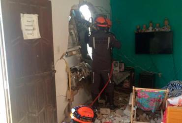 Caminhão colide em muro de casa após motorista perder controle do veículo