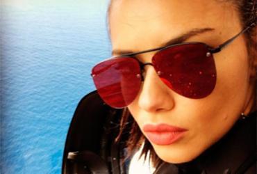 Adriana Lima se casa com ela mesma e dá lição de amor próprio