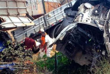 Três pessoas morrem em acidente envolvendo caminhão e carreta