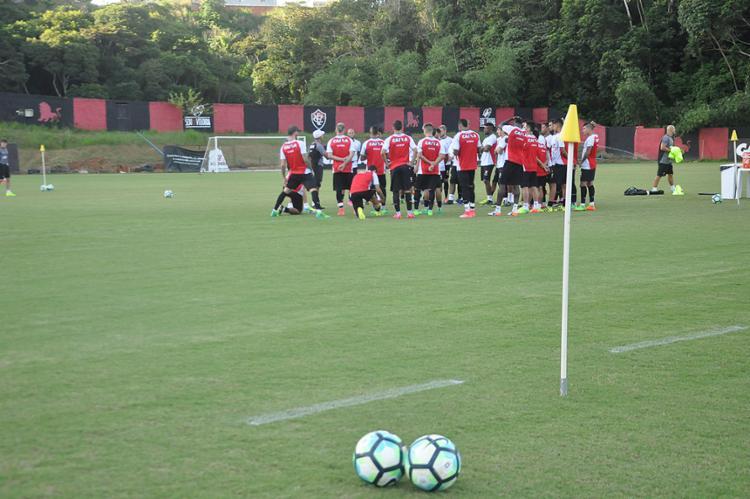 Téncico Gallo conversa com o grupo antes do jogo em casa - Foto: Maurícia da Matta l EC Vitória