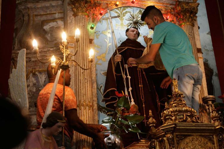 Na Igreja de Santo Antônio Além do Carmo ontem foi dia de preparativos para a trezena - Foto: Mila Cordeiro | Ag. A TARDE